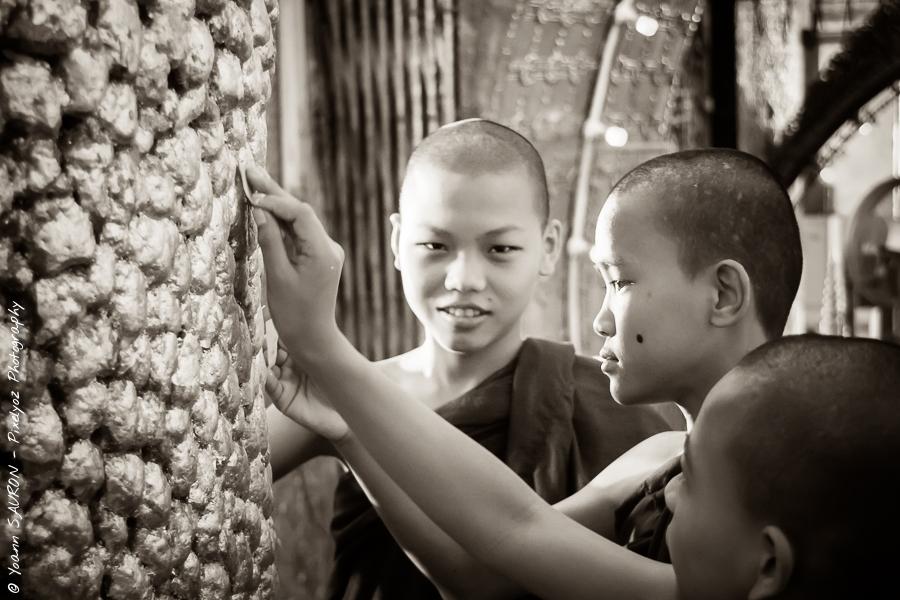 Jour 85 : De jeunes moines apposent leurs voeux